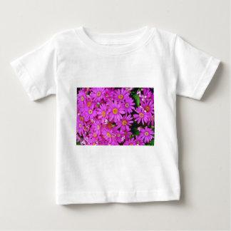 Flores rosadas oscuras de los crisantemos camiseta