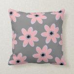 Flores rosadas suaves en la almohada gris del fond
