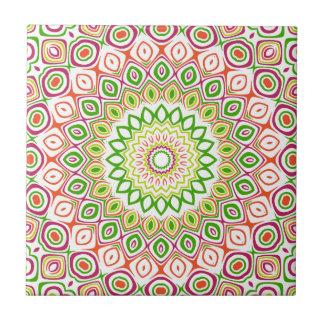 Flores rosadas, verdes, amarillas y anaranjadas azulejo cuadrado pequeño
