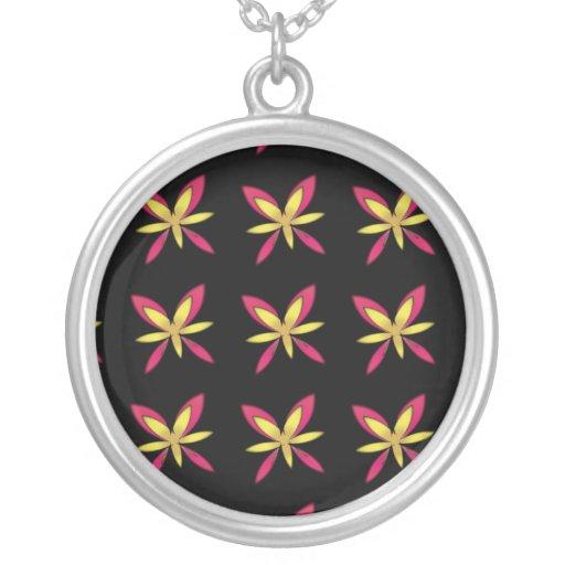 Flores rosadas y amarillas delicadas pintadas en n colgantes