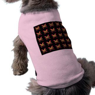 Flores rosadas y amarillas delicadas pintadas en n camisa de perro