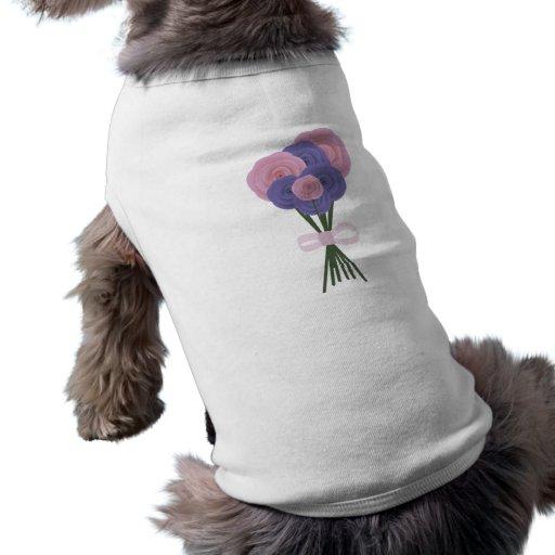 Flores rosadas y azules camisa de mascota