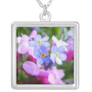 Flores rosadas y azules de la primavera colgante cuadrado