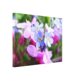 Flores rosadas y azules de la primavera impresión en tela