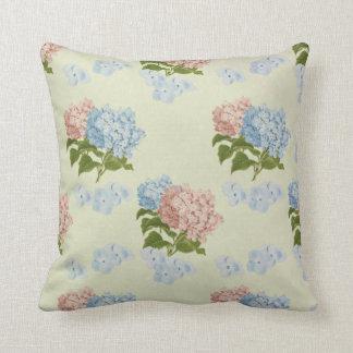 Flores rosadas y azules del hydrangea del vintage cojín