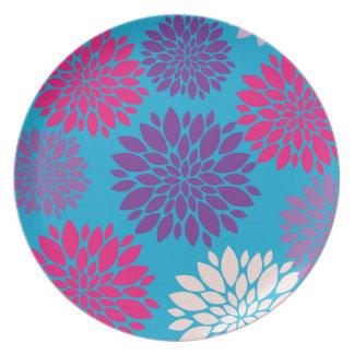 Flores rosadas y púrpuras en azul del trullo plato de cena