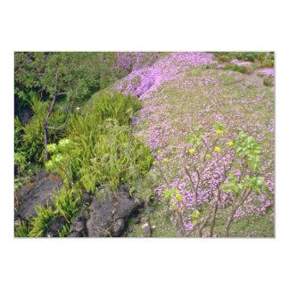 Flores rosadas y verdes de la alfombra invitación 12,7 x 17,8 cm