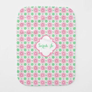 Flores rosadas y verdes personalizadas paños de bebé