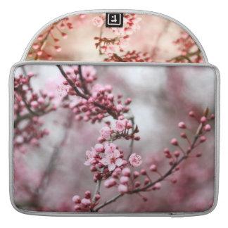 Flores rosados en foto de la primavera funda para macbook pro