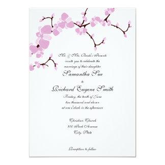 Flores rosados que casan la invitación