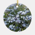 Flores salvajes azules de la nomeolvides adorno navideño redondo de cerámica