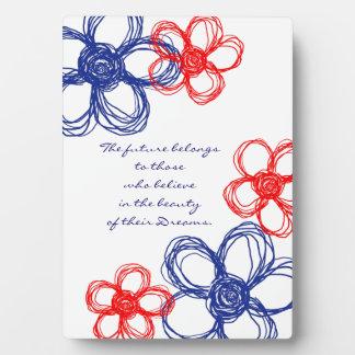 Flores salvajes azules y rojas placa