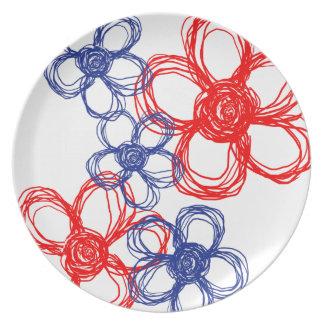 Flores salvajes azules y rojas platos para fiestas
