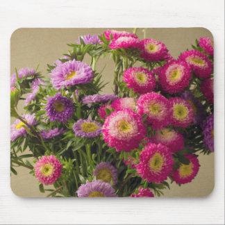 Flores salvajes en un cojín de ratón del florero alfombrillas de ratón