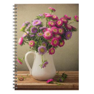 Flores salvajes en un cuaderno del florero
