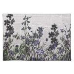 Flores salvajes púrpuras en el periódico del mantel individual