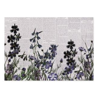 Flores salvajes púrpuras en el periódico del tarjetas de negocios