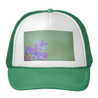 Flores salvajes púrpuras suaves con un fondo verde gorros