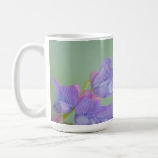 Flores salvajes púrpuras suaves con un fondo verde taza