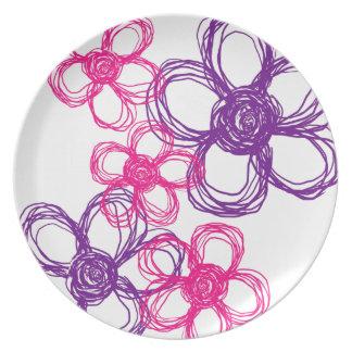 Flores salvajes púrpuras y rosadas plato