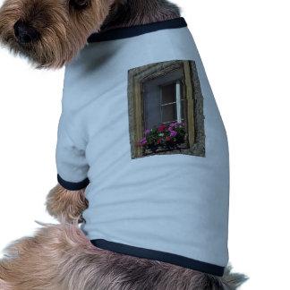 Flores típicas de la ventana camiseta de perrito