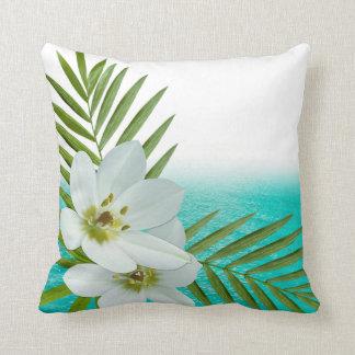 Flores tropicales de la playa de la hawaiana cojín decorativo