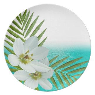 Flores tropicales de la playa de la hawaiana plato de cena