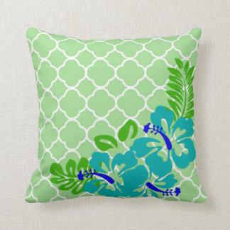 Flores tropicales en quatrefoil verde almohadas