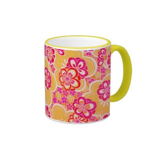 Flores tropicales rojas, rosadas, amarillas y taza de dos colores