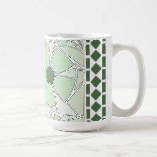 Flores verdes en mosaico con las tejas clásicas tazas