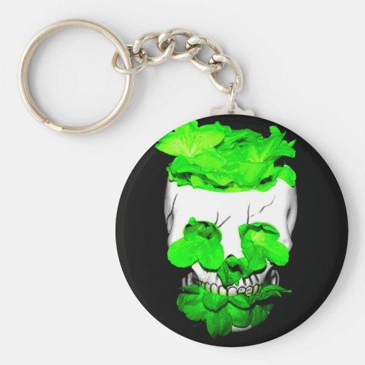 Flores verdes en un cráneo llaveros