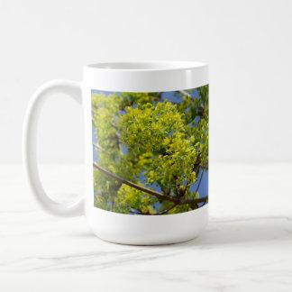 Flores verdes minúsculas taza de café