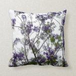 flores verdes púrpuras contra el cielo brillante f almohadas