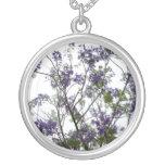 flores verdes púrpuras contra el cielo brillante f pendiente