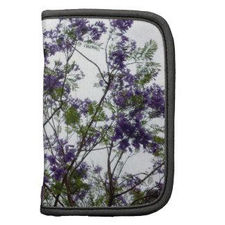 flores verdes púrpuras contra el cielo brillante f planificador