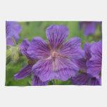 Flores violetas de Cranesbill Toallas