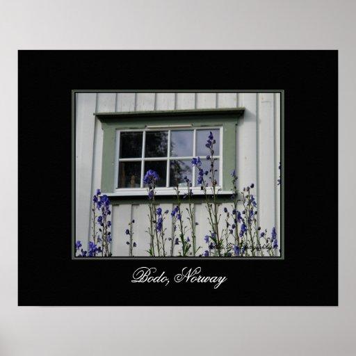 Flores violetas y un poster de la ventana