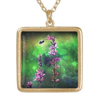 Flores y abeja rosadas contra el mundo colgante cuadrado