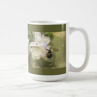 Flores y abejorro de Apple Taza Clásica