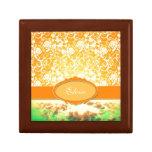 Flores y cielo femeninos anaranjados conocidos de  cajas de regalo