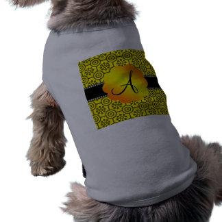 Flores y círculos retros amarillos del monograma camisa de perrito