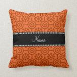 Flores y círculos retros anaranjados conocidos per almohada