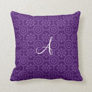 Flores y círculos retros púrpuras del monograma cojin