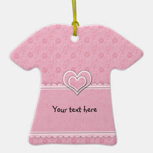 Flores y corazones rosados románticos adorno de cerámica en forma de playera