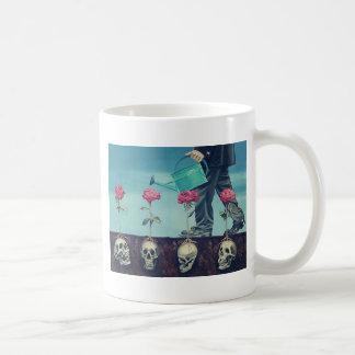 flores y cráneos taza de café
