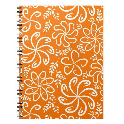 Flores y cuaderno anaranjados enrrollados de las h