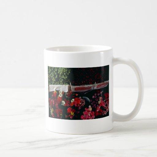 Flores y fruta en las flores de la exhibición tazas de café