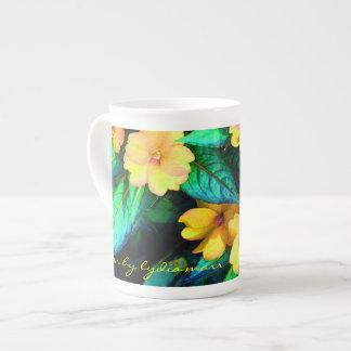 Flores y hojas amarillas del verde taza de porcelana