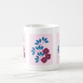Flores y hojas púrpuras del azul taza de café