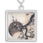 Flores y la luna, Hokusai del ciruelo Collar